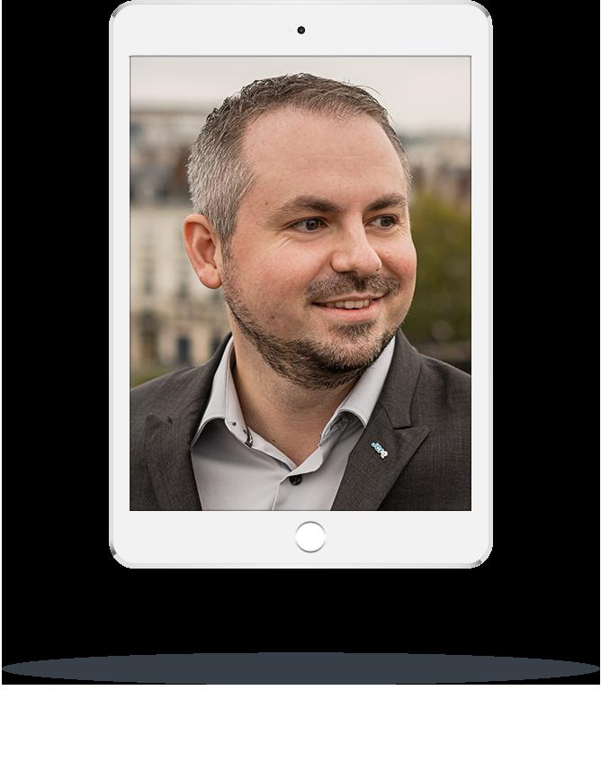 Photo de Xavier Oudin affiché sur une tablette numérique